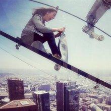 老外真会玩!高空玻璃上的滑滑梯