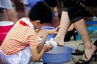 为母亲洗脚