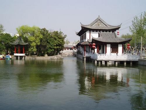 五亭桥之于扬州一样,八宝亭是宝应的象征.