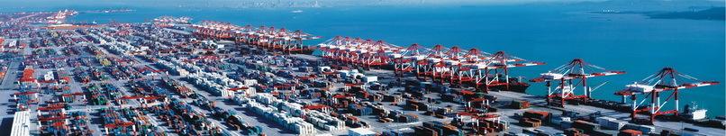 青岛港是世界第七大港、我国第二大外贸口岸。始建于1892年,现有职工24000多人,由青岛老港区、黄岛油港区、前湾新港区和董家口港区等四大港区组成,主要从事集装箱、原油、铁矿石、煤炭、粮食等各类进出口货物的装卸、储存、中转、分拨等物流服务和国际客运服务,与世界上130多个国家和地区的450多个港口有贸易往来,被国务院明确定位为现代化的综合性大港和东北亚国际航运枢纽港。 世界上有多大的船舶,青岛港就有多大的码头,包括可停靠18000TEU船舶的世界最大的集装箱码头、40万吨级矿石码头、30万吨级原油码头、1