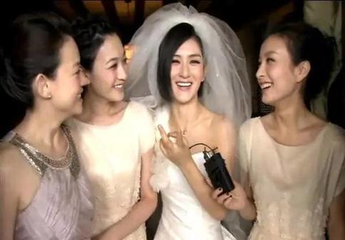 谢娜结婚时,李小冉在外地拍戏,专程坐飞机过来当伴娘,婚礼完穿着伴娘