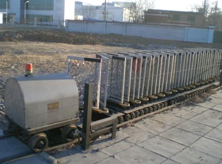 开始在铁路道口设置由轨道接触器或轨道电路控制的