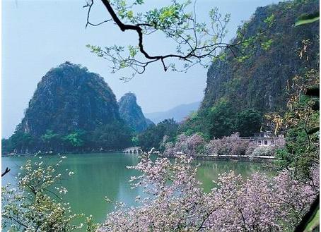 宁波市中心18公里,总面积36平方公里,镇海九龙湖风景区是宁波市十佳新