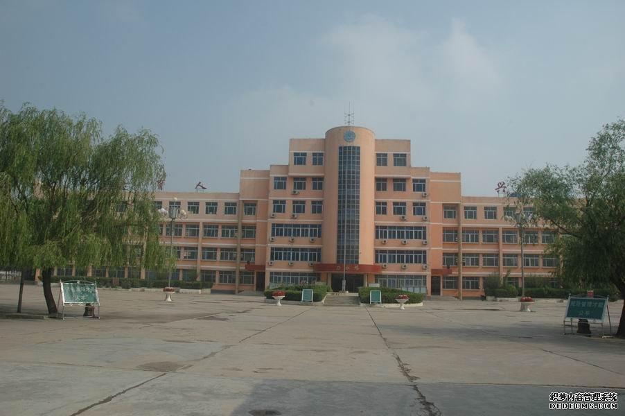 学校建有教学楼3栋,办公楼,图书实验楼,生活楼,学生餐厅公寓楼各1栋