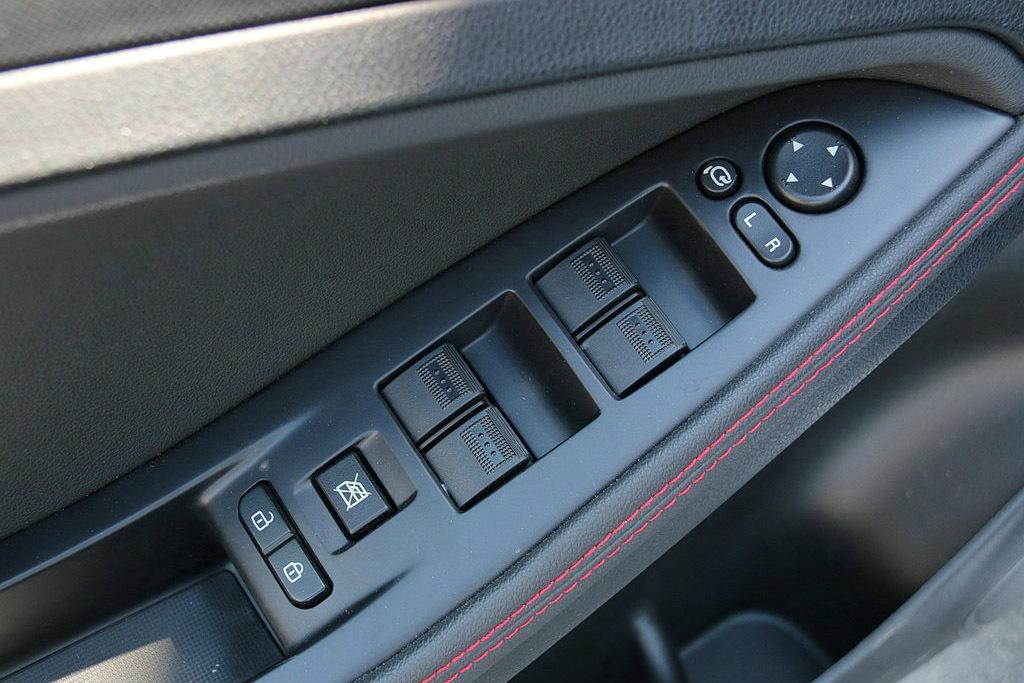 中控锁的无线遥控功能是指不用把钥匙键插入锁孔中就可以远距离开门和锁门,其最大优点是:不管白天黑夜,无需探明锁孔,可以远距离、方便地进行开锁(开门)和闭锁(锁门)。 遥控的基本原理是:从车主身边发出微弱的电波,由汽车天线接收该电波信号,经电子控制器ECU识别信号代码,再由该系统的执行器(电动机或电磁经理圈)执行启/闭锁的动作。该系统主要由发射机和接收机两在部分组成。 1、发射机 发射机由发射开关、发射天线(键板)、集成电路等组成。在键板上与信号发送电路组成一体。从识别代码存储回路到FSK调制回路,由于采用单