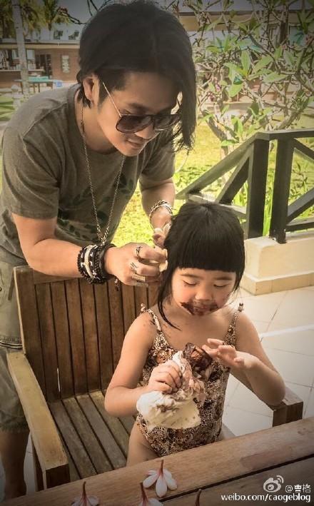 曹格正为爱女梳辫子,他还贴心帮女儿戴了一朵花