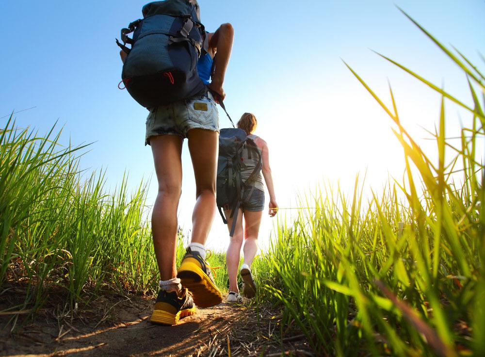 徒步旅行作为一种新型的户外旅行方式,越来越受到年轻人的青睐,它不仅锻炼人的体魄与耐力,陶冶人的心灵和性情,促进人际交流,同时能够激发人们热爱自然、热爱生活的情感,使久居都市的疲惫心灵得到放松。可是徒步旅行的方式也存在风险,稍不注意也有可能发生意外,所以在这里给大家总结了徒步旅行的九注意,希望对大家有帮助。 1.